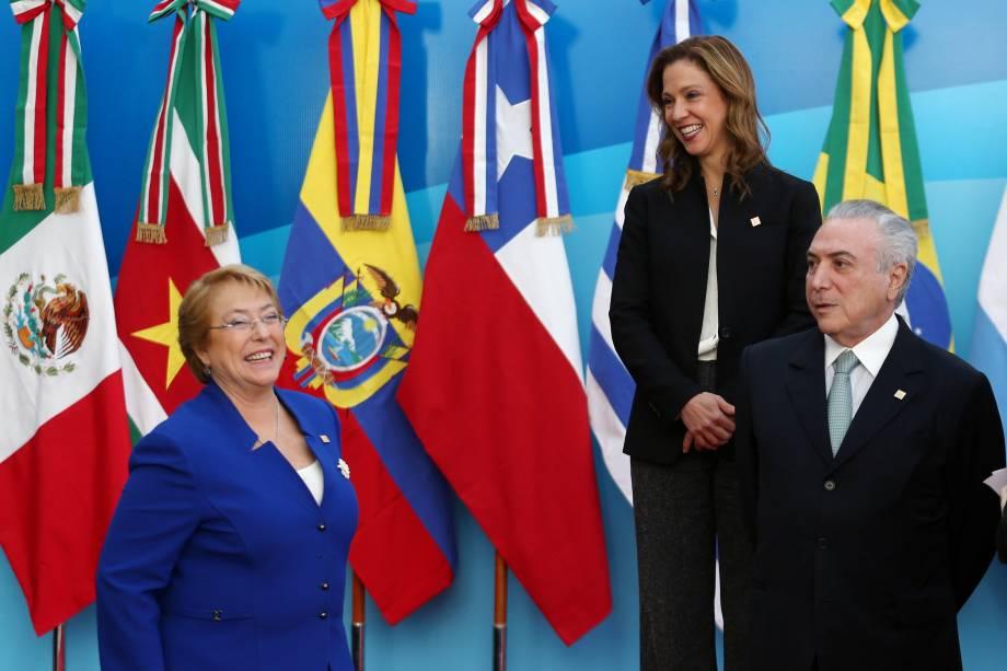 A presidente do Chile, Michelle Bachelet, sorri ao lado do presidente do Brasil, Michel Temer, e da ministra da Comércio, Indústria e Turismo da Colômbia, Maria Claudia Lacouture, antes da foto oficial na cúpula do bloco comercial do Mercosul em Mendoza, Argentina - 21 de julho de 2017