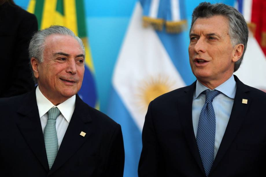 O presidente do Brasil, Michel Temer, e o presidente da Argentina, Mauricio Macri, conversam antes da foto oficial na cúpula do bloco comercial do Mercosul em Mendoza, Argentina - 21/07/2017