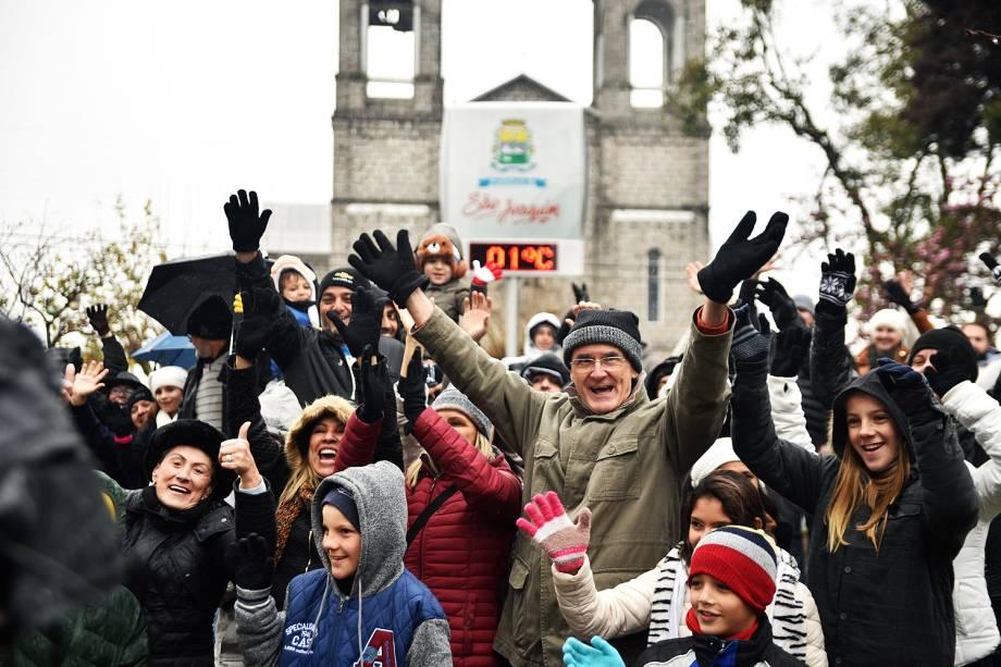 Turistas lotam a cidade de São Joaquim (SC), aguardando a possível ocorrência de neve. Termômetro registraram 1ºC nesta segunda-feira (17)
