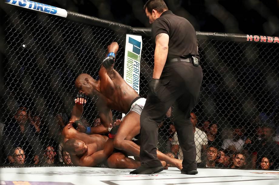 Jon Jones vence Daniel Cormier no UFC 214 em Anaheim (EUA) - 29/07/2017