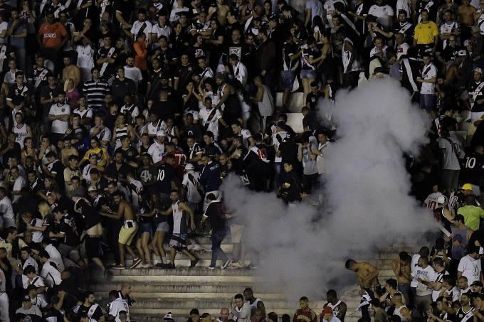 Torcedores do Vasco entraram em confronto com a polícia em São Januário