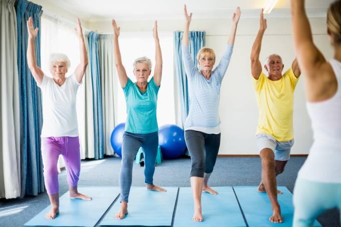 Aula de ioga para pessoas da terceira idade