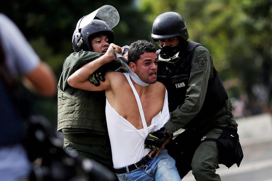 Participante é detido no segundo dia da greve geral contra o presidente Nicolás Maduro em Caracas, convocada pela oposição venezuelana, corem da forca de segurança - 27/07/2017