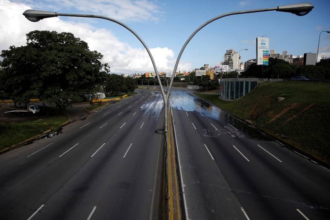Oposição venezuelana convoca greve de dois dias contra Nicolas Maduro