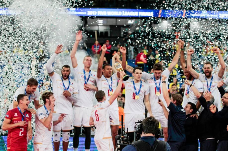 Jogadores da França comemoram após vencerem o Brasil na final da Liga Mundial de Vôlei, em Curtiba