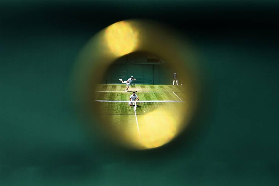 Thanasi Kokkinakis e Jordan Thompson, da Austrália, durante partida de duplas contra Jean-Julien Rojer, da Holanda, e Horia Tecau, da Romênia, em Wimbledon