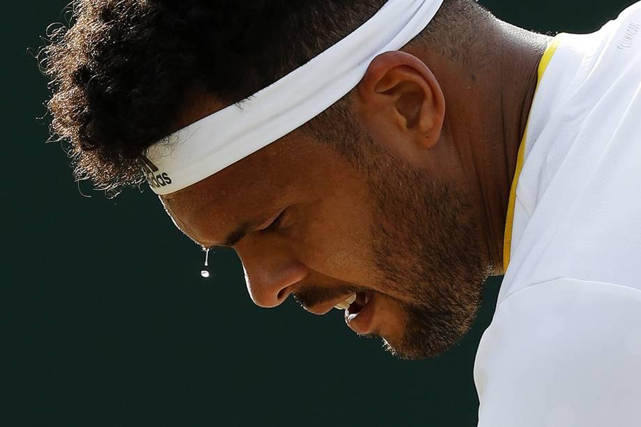 O francês Jo-Wilfried Tsonga se prepara para sacar a bola, na partida contra o americano Sam Querrey, em Wimbledon