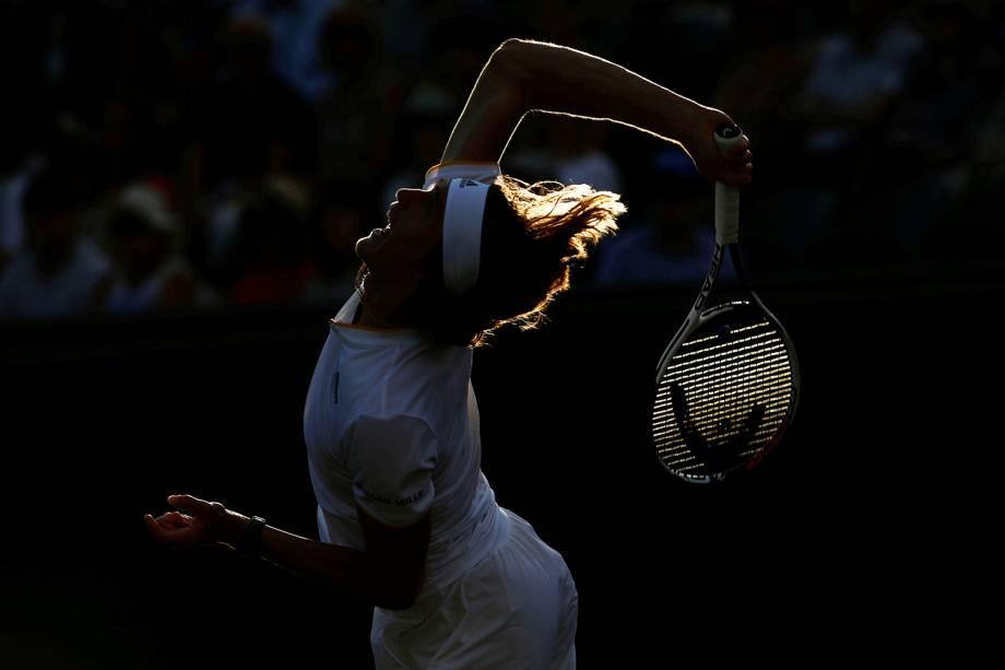 O alemão Alexander Zverev saca a bola durante partida contra Milos Raonic, do Canadá, em Wimbledon