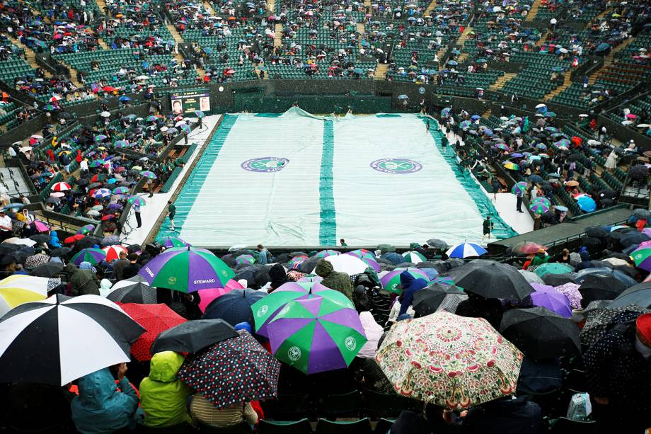 Devido à chuva, quadra é coberta e partida é adiada, em Wimbledon