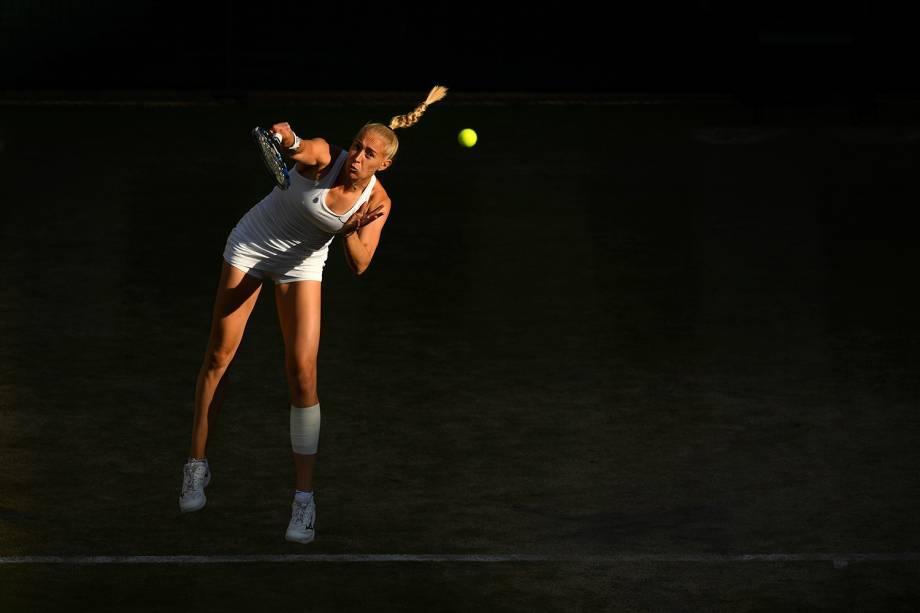 A britânica Jocelyn Rae saca a bola durante a partida de mistas duplas contra Ekaterina Makarova, da Rússia, e Max Mirnyi, da Bielorrússia, em Wimbledon