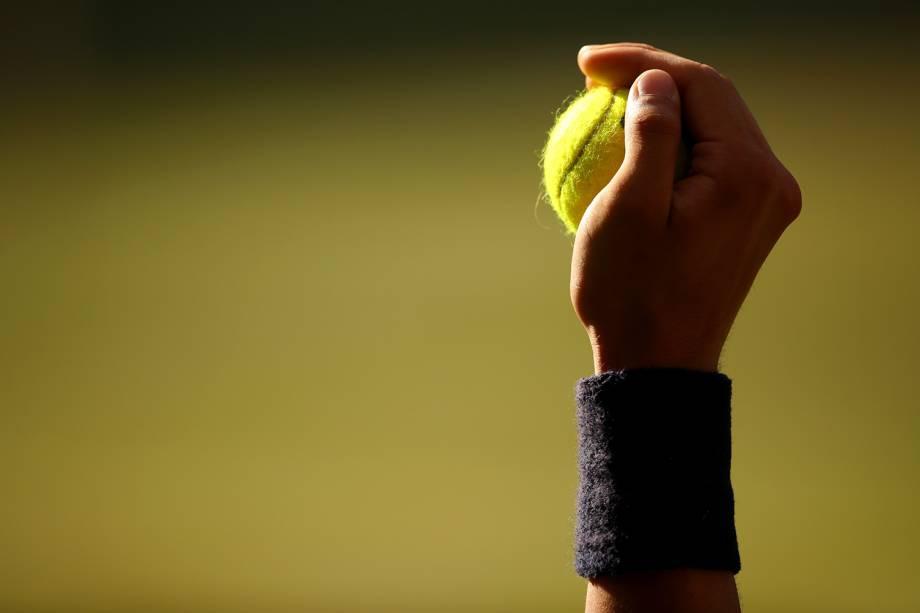 Detalhe da mão de uma gandula durante o Torneio de Wimbledon, em Londres