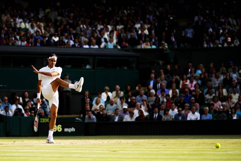 Roger Federer chuta a bola durante a semifinal contra o tcheco Tomas Berdych, em Wimbledon