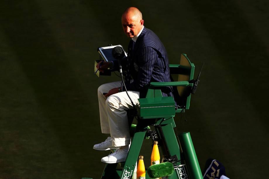 Árbitro acompanha a partida entre o tcheco Tomas Berdych e o suiço Roger Federer, em Wimbledon