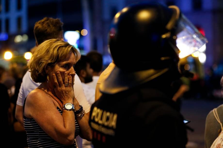 Mulher reage ao atentado após ser retirada da área onde foram atropelados cidadãos e turistas resultando na morte de 14 pessoas e deixando dezenas de feridos, em Barcelona, na Espanha