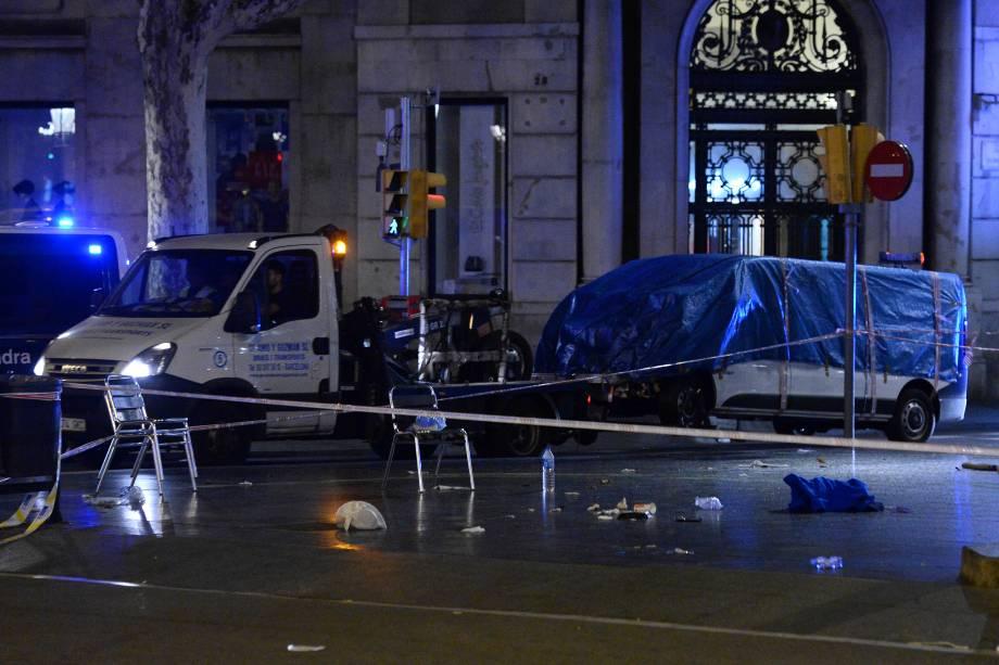 A van utilizada por um terrorista para atropelar dezenas de pessoas em Las Ramblas, é recolhida pela polícia catalã em Barcelona