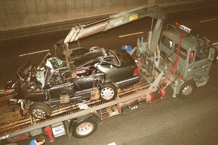 Destroços do carro da princesa Diana sendo levado em um caminhão no túnel de Alma de Paris - 31/08/1997