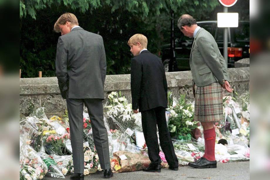 Príncipe William, príncipe Harry e seu pai, o príncipe Charles, caminham do lado de fora dos portões do Castelo de Balmoral para observar os tributos prestados à princesa Diana - 04/09/1997