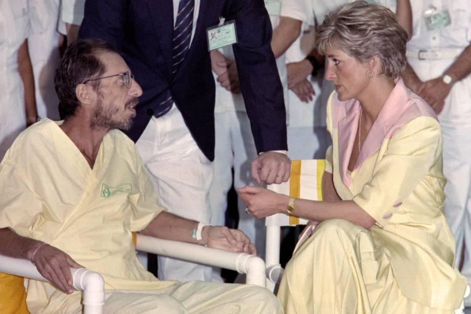 Princesa Diana conversa com um homem infectado pelo vírus da AIDS, durante visita a um hospital no Rio de Janeiro em abril de 1991