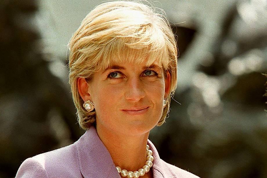 Princesa Diana fotografada durante uma cerimônia na sede da Cruz Vermelha em Washington, para pedir a proibição global das minas terrestres em junho de 1997