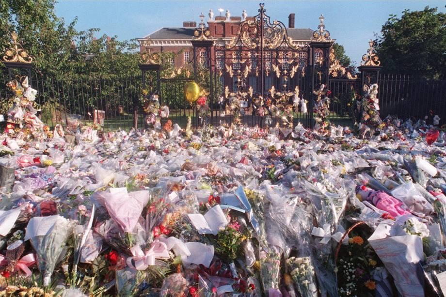 Milhares de flores foram deixadas nos portões do Palácio de Kensington em Londres após a morte de Diana em um acidente de carro em Paris em 1997