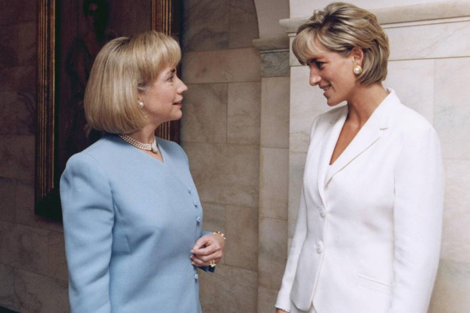 A então primeira-dama dos Estados Unidos, Hillary Clinton conversa com a princesa Diana durante encontro na Casa Branca em junho de 1997