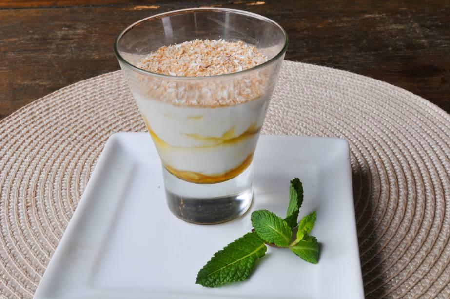 Flan de coco com calda de abacaxi: sobremesa do menu no almoço