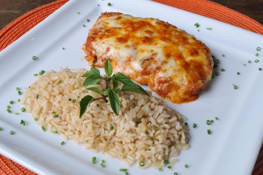 Parmegiana sem glúten de frango com arroz integral: prato principal do menu no almoço
