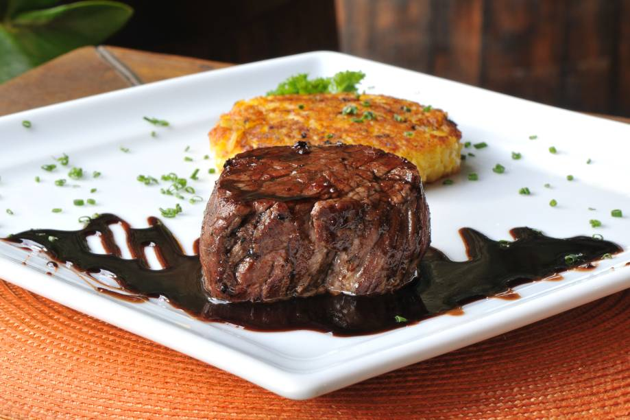 Risoto grelhado e filé-mignon em redução de vinho tinto: prato principal do jantar