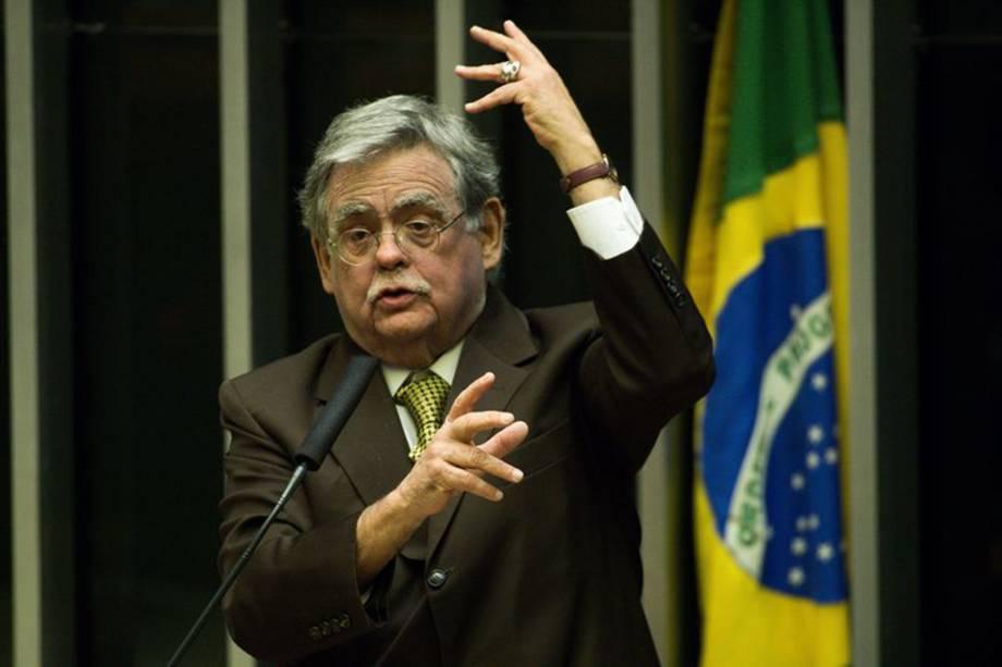 Advogado de defesa Antonio Mariz, gesticula durante a discussão do parecer da CCJ pelo processo criminal em desfavor do Presidente da República, Michel Temer - 02/08/2017