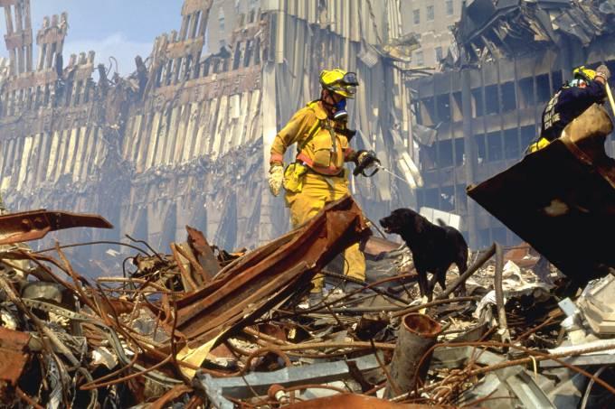 Policiais buscam por sobreviventes no atentado de 11 de setembro
