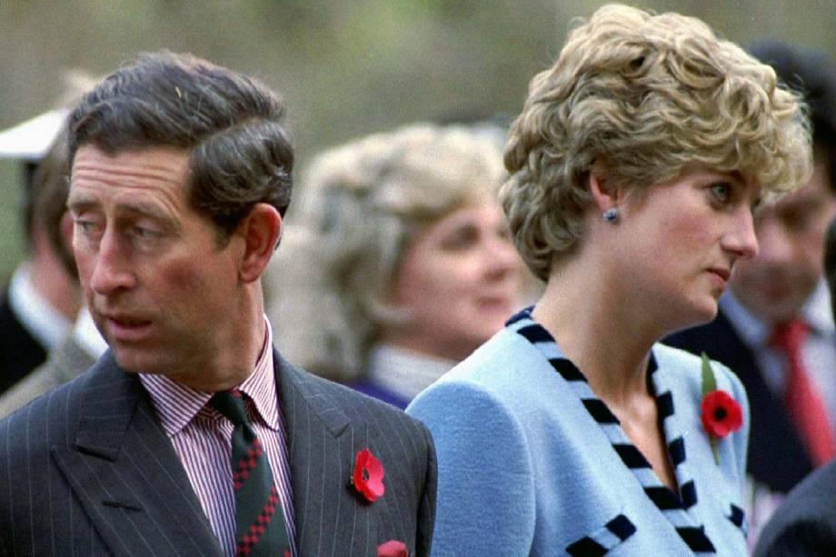 A princesa da Grã-Bretanha Diana e o Príncipe Carlos olham em diferentes direções durante um serviço comemorativo da Guerra da Coréia - 11/1992