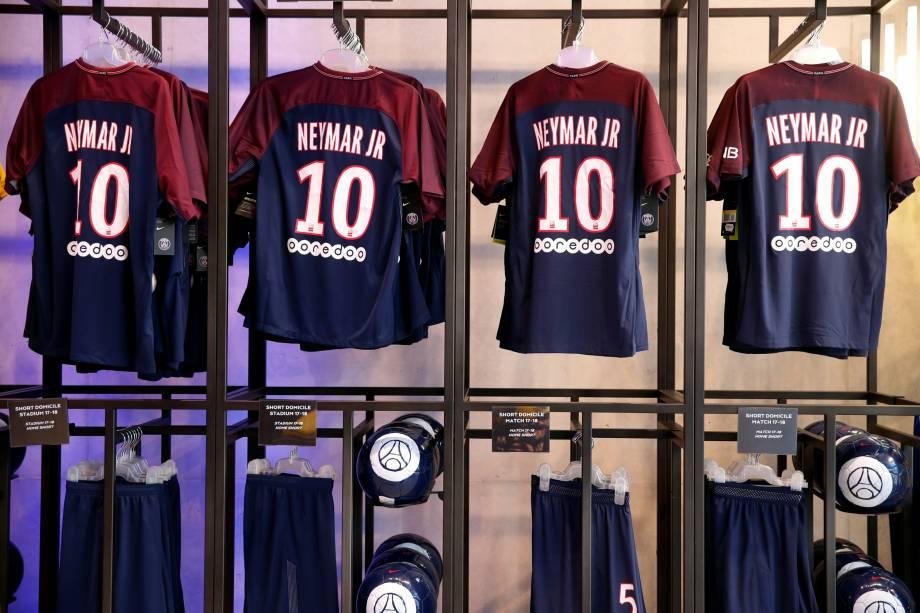 Camisas de Neymar na loja oficial do PSG em Paris