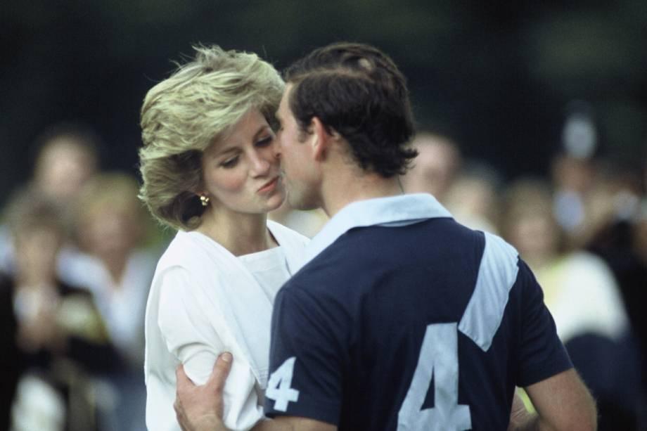 Príncipe Charles beija a princesa Diana durante partida de polo em Cirencester, na Inglaterra em 1985
