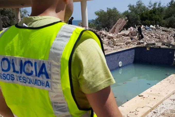 Policiais investigam explosão em uma casa na cidade de Alcanar, Espanha