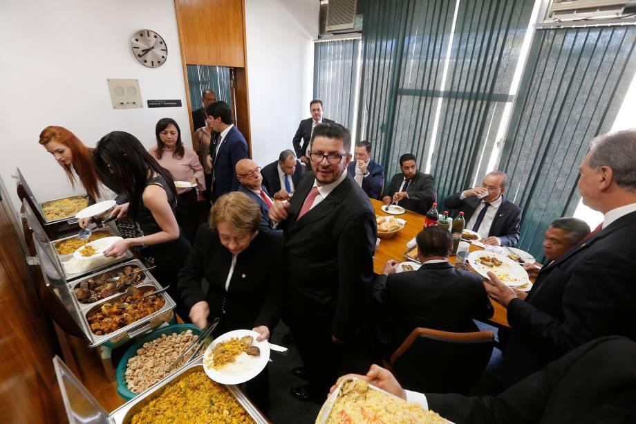 Deputados a favor e contrários ao presidente Michel Temer almoçam no gabinete do vice-presidente da Câmara, Fábio Ramalho (PMDB-MG) - 02/08/2017