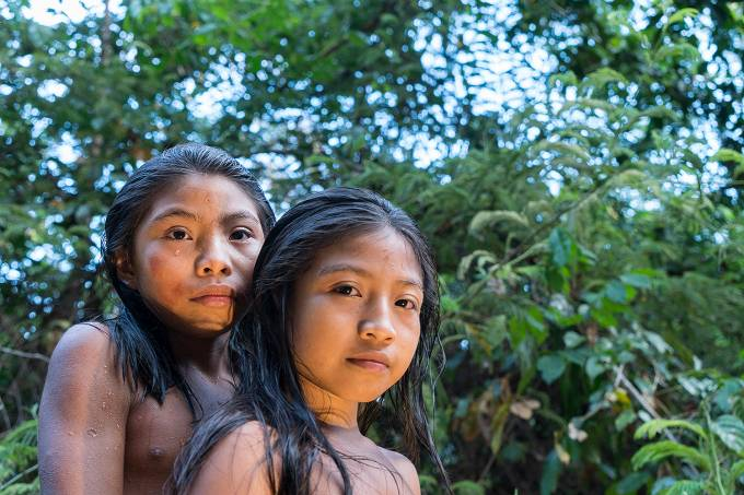 Indígenas da tribo oiampi brincam em um rio na Renca