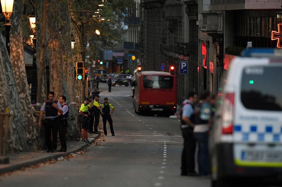 Policiais patrulham área em volta da praça de La Rambla, em Barcelona