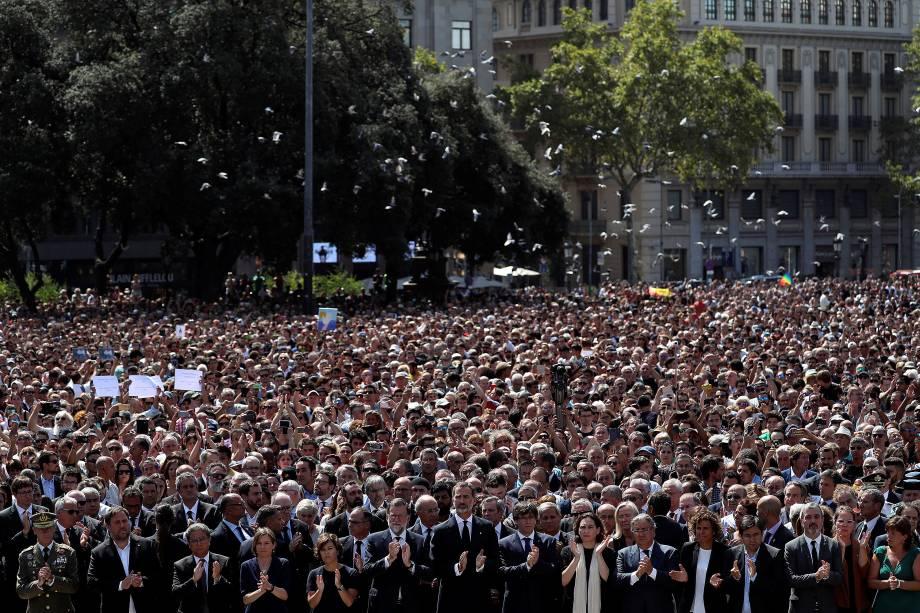 O rei Felipe VI se encontra ao lado de outras figuras políticas como o primeiro-ministro Mariano Rajoy e Carles Puigdemont, presidente da Generalidade da Catalunha, durante homenagem às vitimas do atropelamento terrorista da última quinta-feira