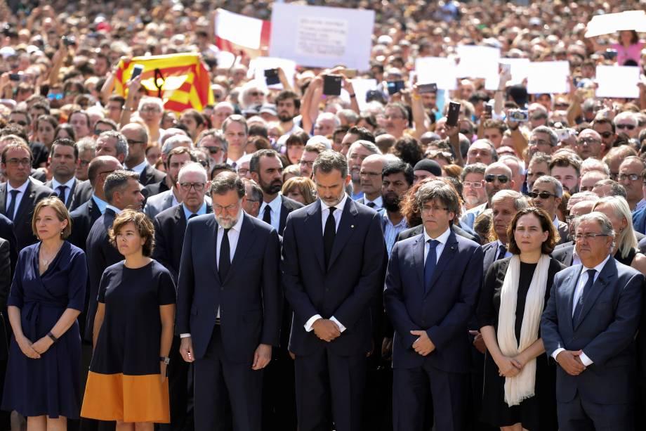 O rei Felipe VI se encontra ao lado de outras figuras políticas como o primeiro-ministro Mariano Rajoy e Carles Puigdemont, presidente da Generalidade da Catalunha, durante o minuto de silêncio em solenindade às vitimas do atropelamento terrorista da última quinta-feira