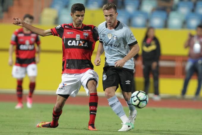 Disputa de bola na partida entre Atlético-GO e Grêmio, em Goiânia