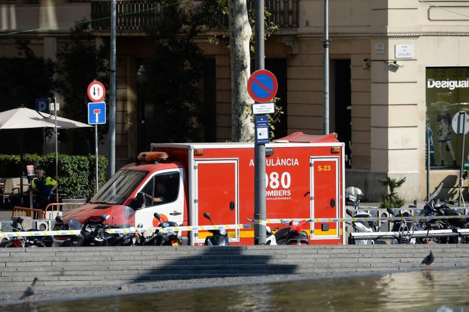 Ambulância chega para o resgate das pessoas que foram atropeladas por uma van em La Rambla, Barcelona - 17/08/2017