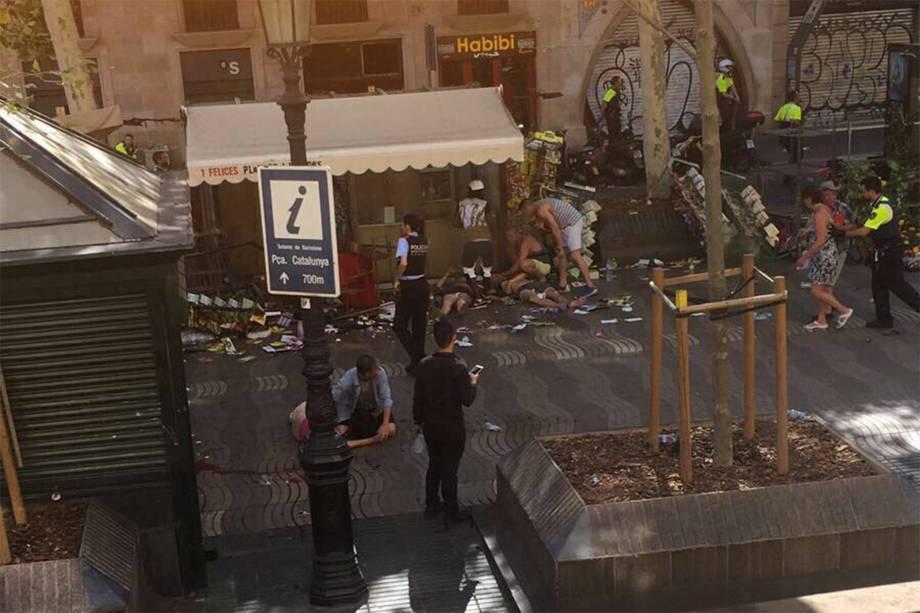 """Um veículo atropelou pessoas que passavam pela rua La Rambla, em Barcelona na Espanha. A polícia divulgou em uma mensagem que """"várias pessoas ficaram feridas"""" - 17/08/2017"""