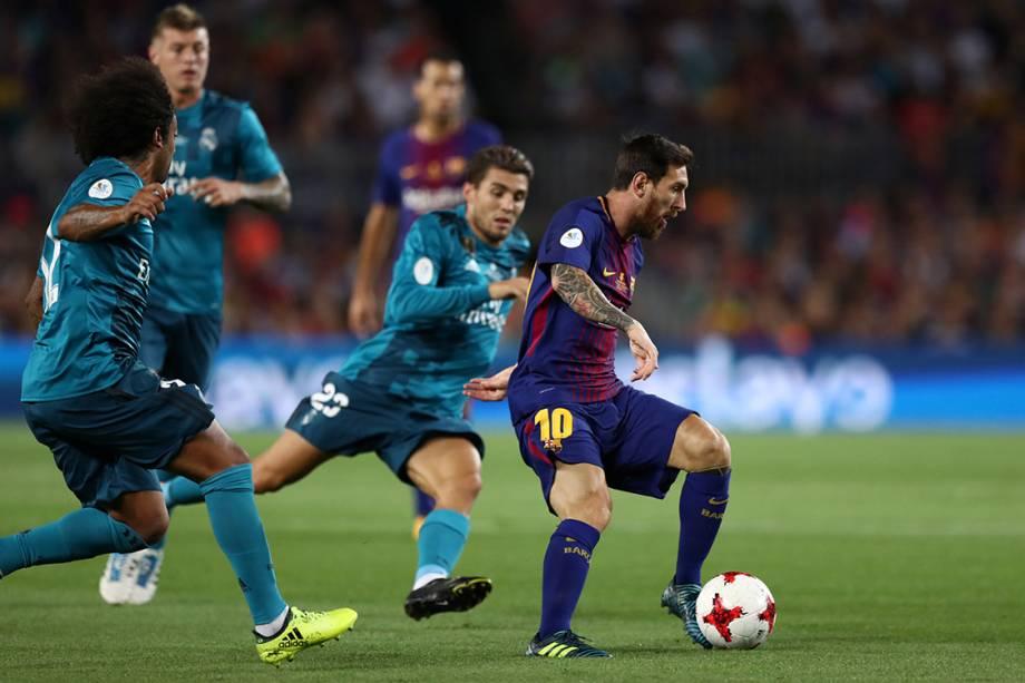 Lionel messi em lance na partida entre Barcelona e Real Madrid