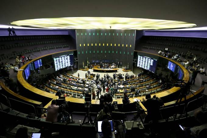 Deputados discutem denúncia contra o presidente Temer