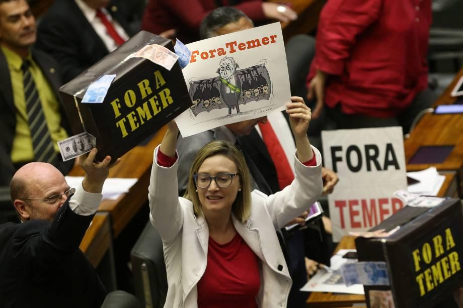 Deputados da oposição protestam contra Michel Temer durante a decisão de acusação de corrupção passiva do Presidente da República, na Câmara dos Deputados, em Brasília - 02/08/2017
