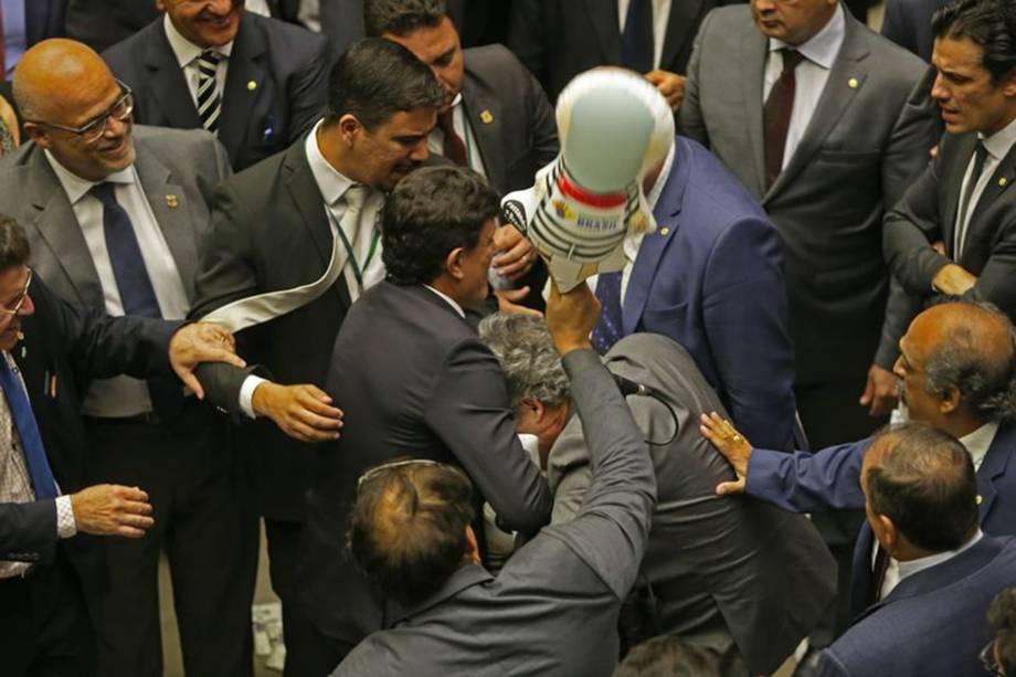 Deputados em clima de tensão no plenário durante sessão para votar parecer de denúncia contra Temer - 02/08/2017
