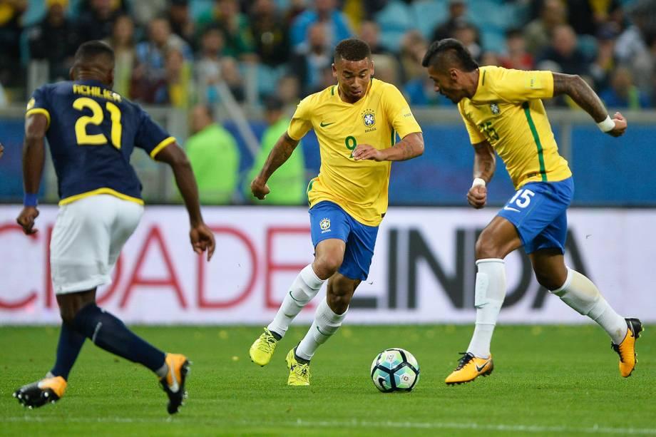 Gabriel Jesus e Paulinho durante a partida entre Brasil e Equador, na Arena do Grêmio em Porto Alegre