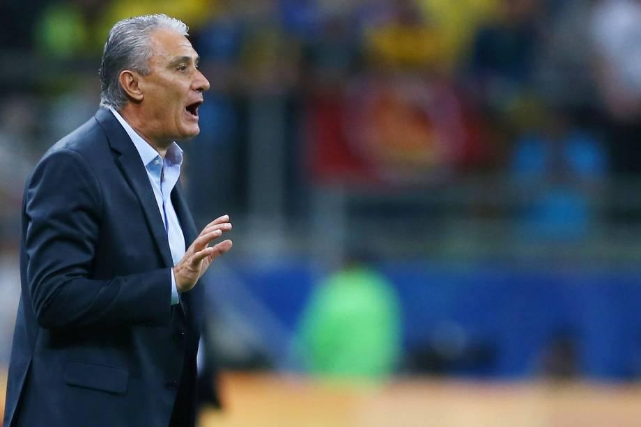 O técnico Tite durante a partida entre Brasil e Equador, na Arena do Grêmio em Porto Alegre