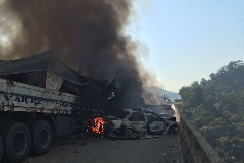 Acidente grave na Rodovia Carvalho Pinto em SP