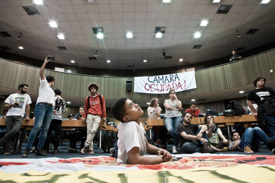 Estudantes secundaristas e universitários ocupam a Câmara Municipal de São Paulo há mais de 24 horas. O movimento reivindica o pacote de privatizações do prefeito João Dória e a restrição de uso diário do passe livre estudantil